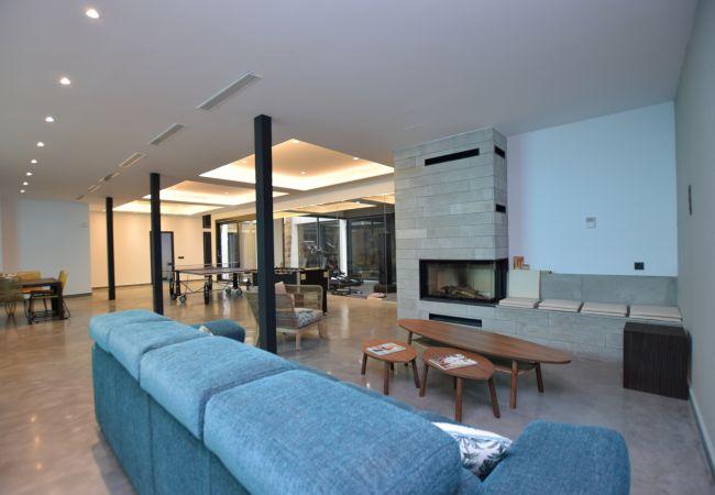 Essencia - Sala de estar con chimenea