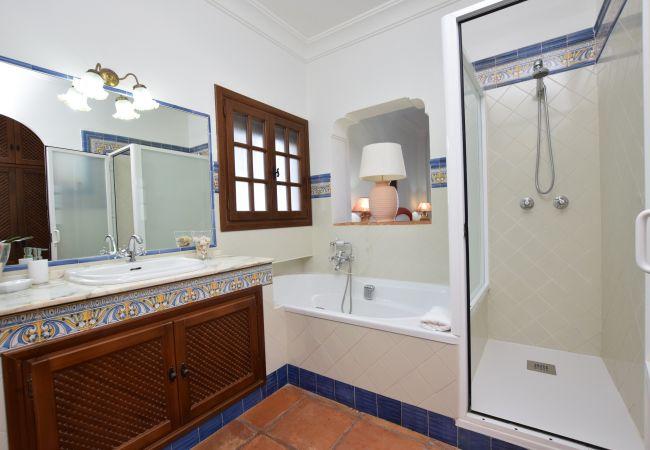 Al Amireh - Dormitorio Principal - baño en suite (1)